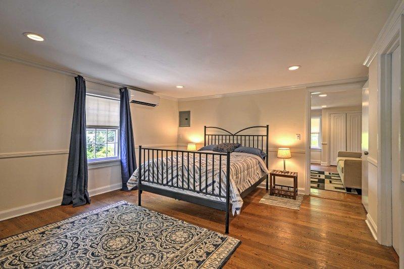 Questa spaziosa camera da letto è dotato di un letto queen-size peluche per il sonno il vostro migliore notte.
