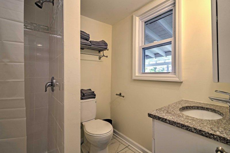 Rinfrescarsi in questa cabina doccia piastrellata.