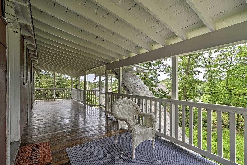 Sedersi, rilassarsi e godere di un rinfrescante bicchiere di vino sul balcone.