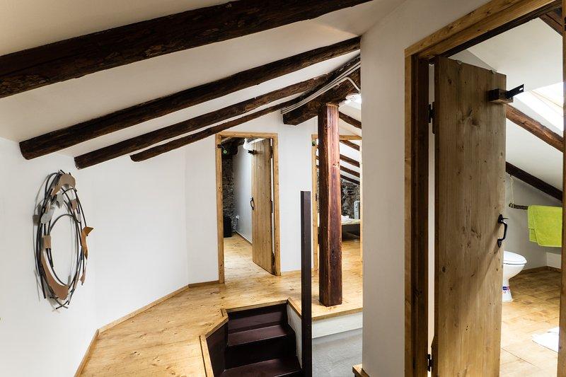 piso precioso ático de nivel superior con antiguas vigas de 200 años, y hecho a mano puertas de madera.