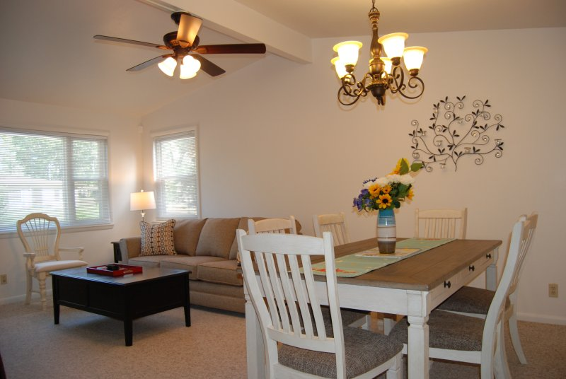 sala de estar bien iluminado y comedor
