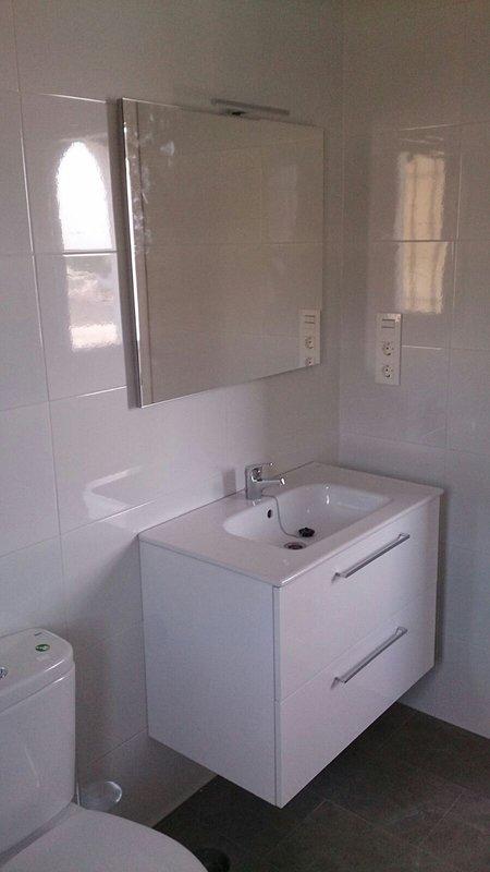nyligen utrustat modernt badrum