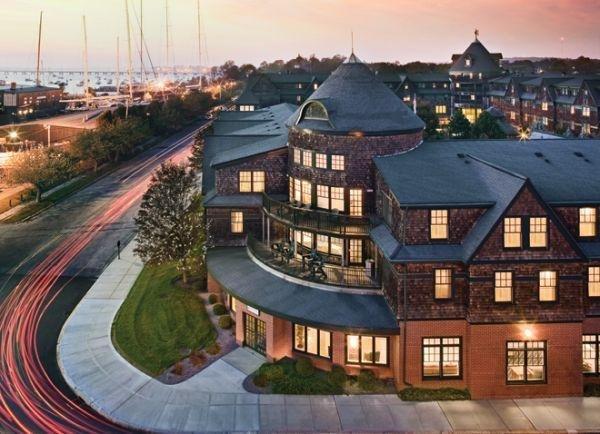 L'hôtel surplombe le port de Newport