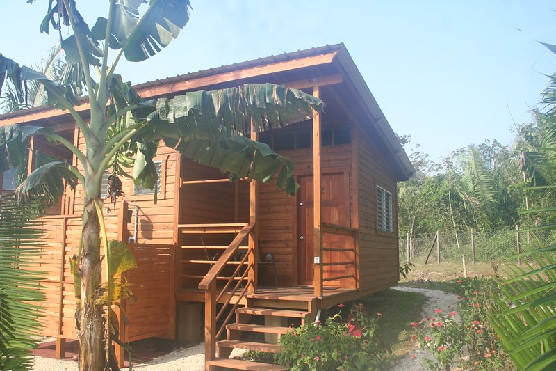 Sun Set room with AC and pool access close to ATM cave in Unitedville / Cayo, holiday rental in San Ignacio