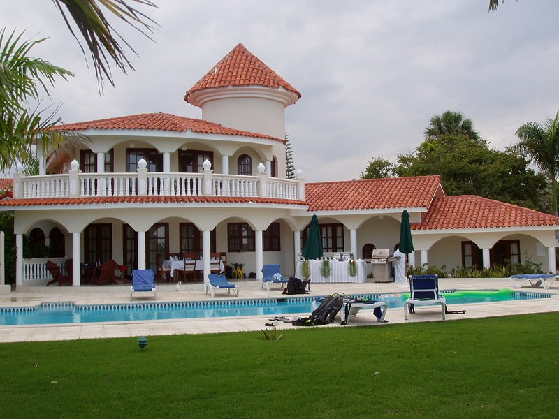 3br Villa with Vip Access - All Inclusive Program with Alcohol Included, holiday rental in Maimon