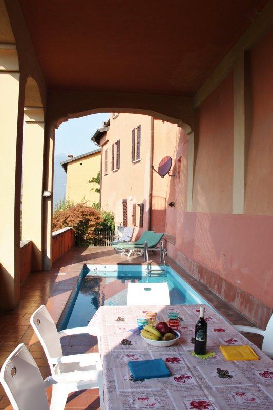 La terrasse où vous pouvez manger de la piscine