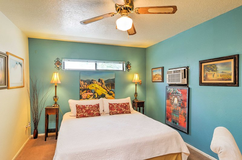 De slaapkamer beschikt over een kingsize bed.