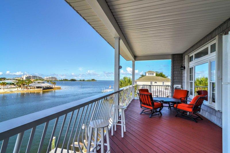 Scopri il fascino della costa del Golfo della Florida da 'Riva dell'acqua,' un 3 camere da letto, 2,5 bagno Hudson casa in affitto.