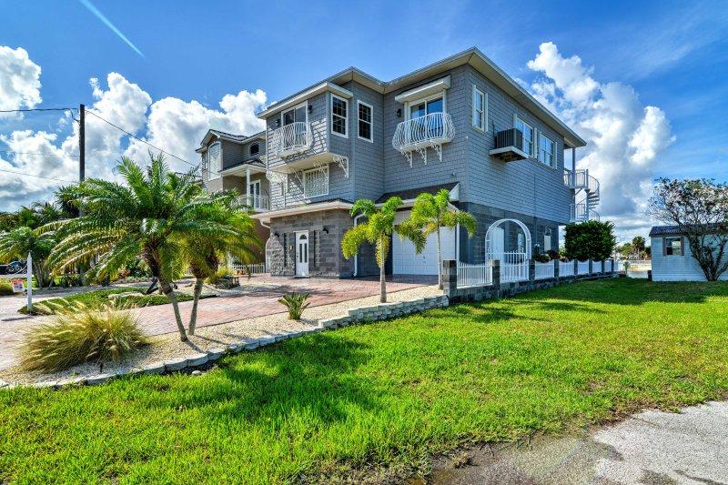 Dieses außergewöhnliche Anwesen verfügt über 2.000 qm Wohnfläche und eine unschlagbare Lage am Wasser.