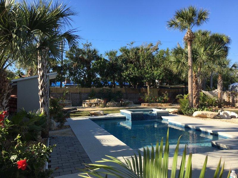 Su propio paraíso tropical, un complejo privado con piscina climatizada, spa, palmeras y la zona fría.