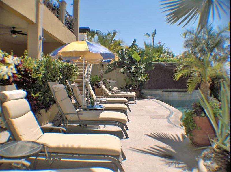 lounge stoelen bij het zwembad voor al onze gasten gebruik maken van