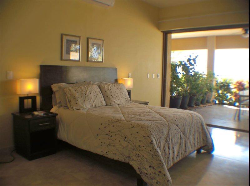 studio een suite met queen size bed met de buiten kant patio