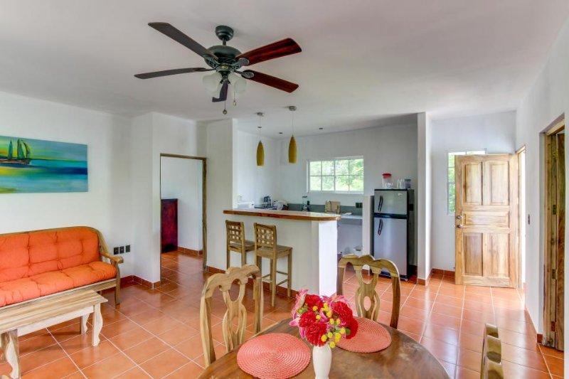 Grande, espaciosa sala de estar, cocina totalmente equipada y el espacio de comedor con barra