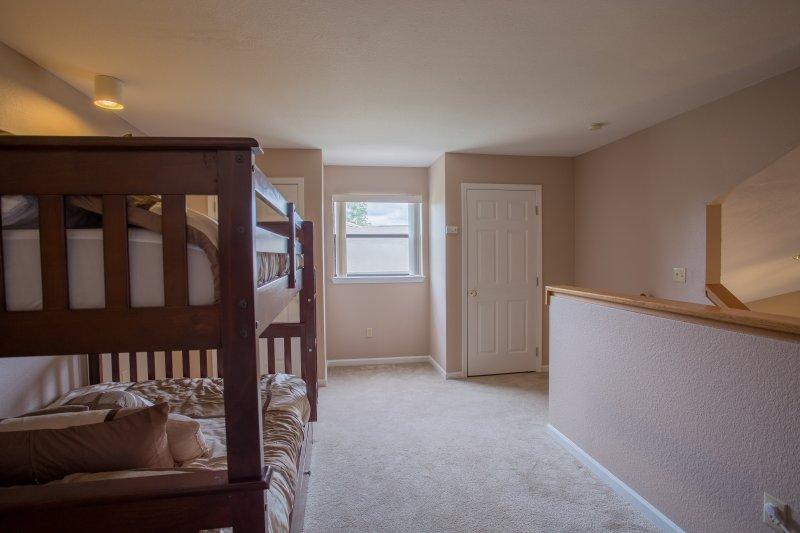 Bed,Bedroom,Furniture,Floor,Flooring
