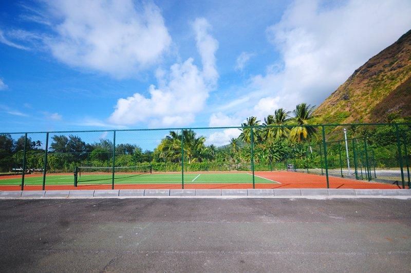 Il campo da tennis della residenza.