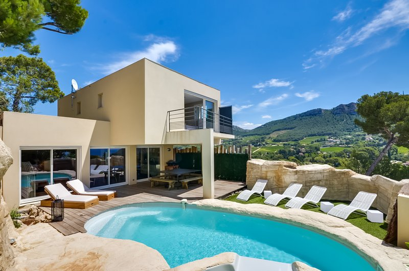 A casa com vista para as montanhas eo mar
