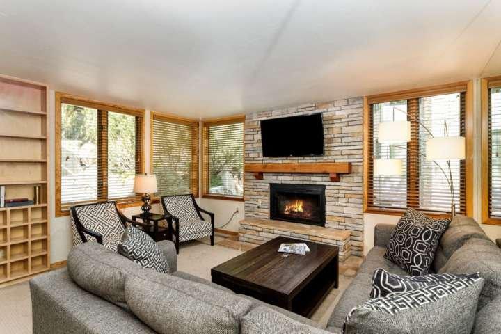 Cette salle de séjour décorée professionnellement est un endroit confortable pour votre groupe entier pour se détendre devant la cheminée à gaz et d'une télévision à écran plat.