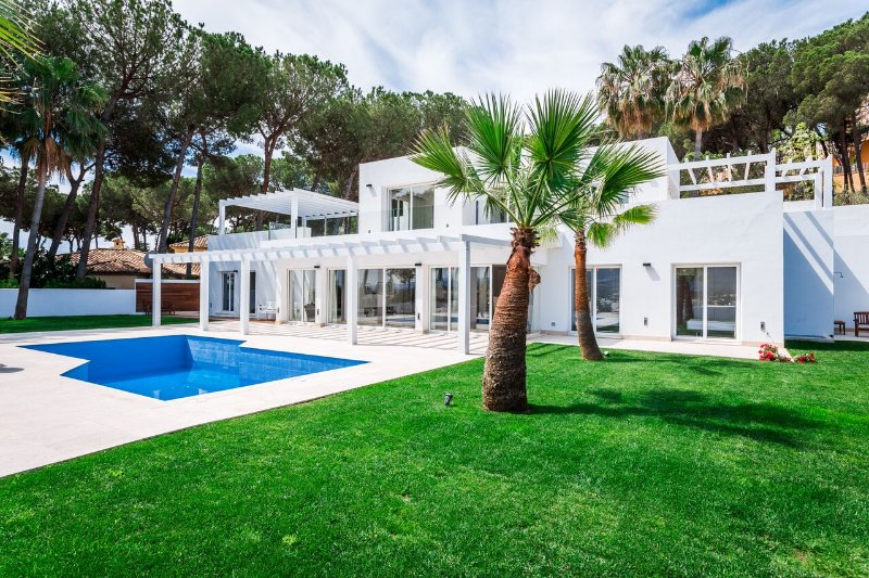 Brand New Modern Villa With Incredible Views in Nueva Andalucia, 5 min to, vacation rental in Marbella