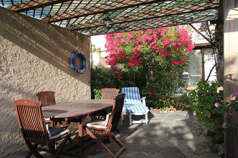 Beau studio avec jardin privatif dans résidence à 50m de la plage (St-Florent), holiday rental in Saint Florent