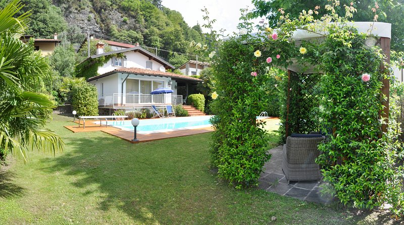 Detached Villa with private pool, holiday rental in Domaso