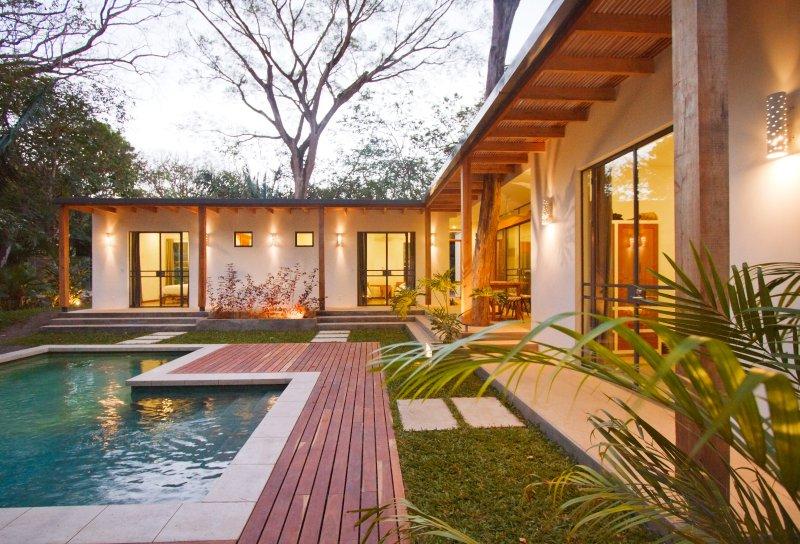 Casa Pacifico: 5 bedroom, 4.5 bathroom Walk to Playa Guiones Surf and Yoga, location de vacances à Nosara