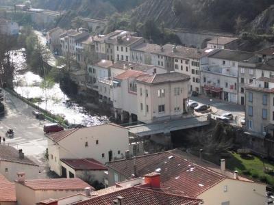 Vista do rio & praça da igreja