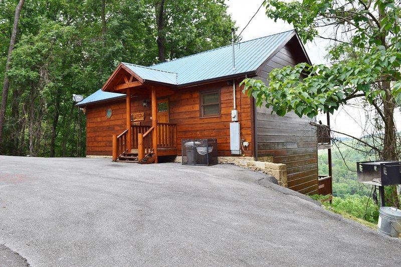 Vista frontal de nuestra cabaña mostrando nuestro nuevo porche delantero y las dos cubiertas de la parte posterior ...
