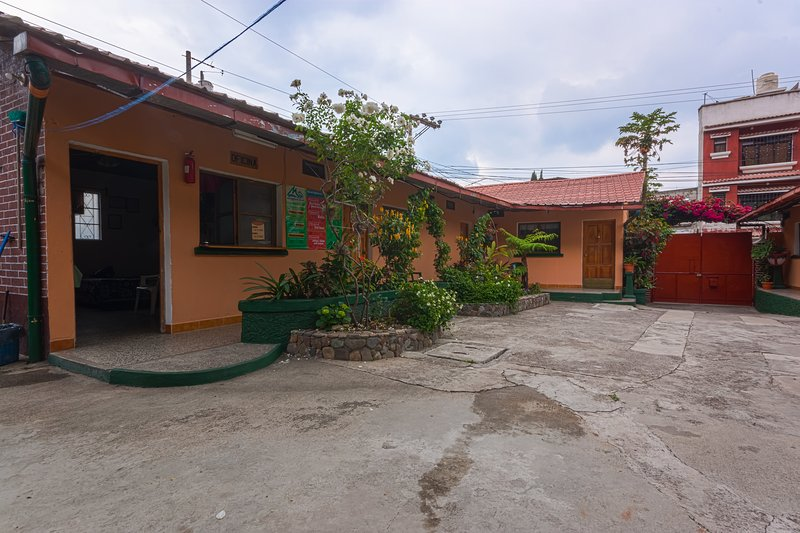 Effencie with two beds, kitchenette and private bathroom with hote water., Ferienwohnung in San Lucas Toliman