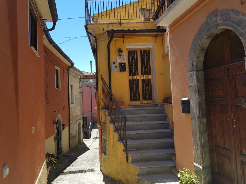 Graziosa casetta disposta su due livelli, nel cuore del centro storico, location de vacances à Noepoli