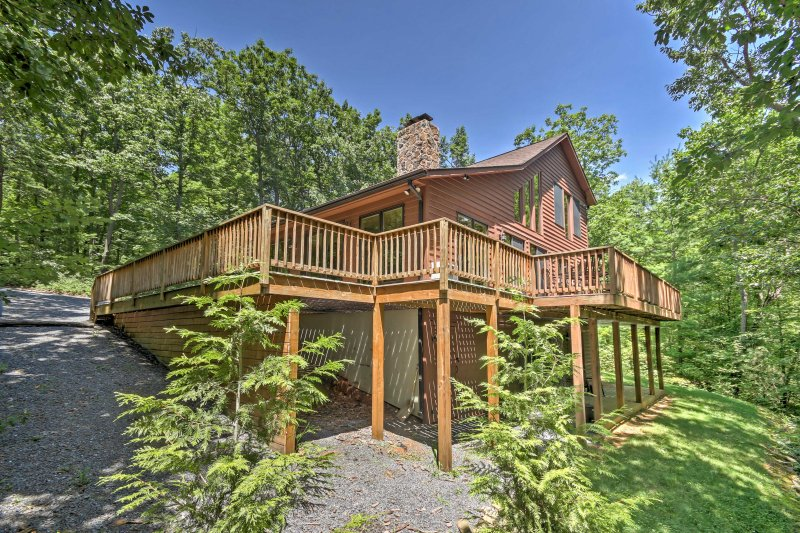 Enjoy a relaxing getaway at this 5-bedroom Hinton vacation rental cabin.