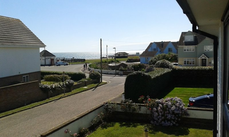 Detached house with sea view, 100m from beach and 800m from village with parking, vacation rental in Lymington