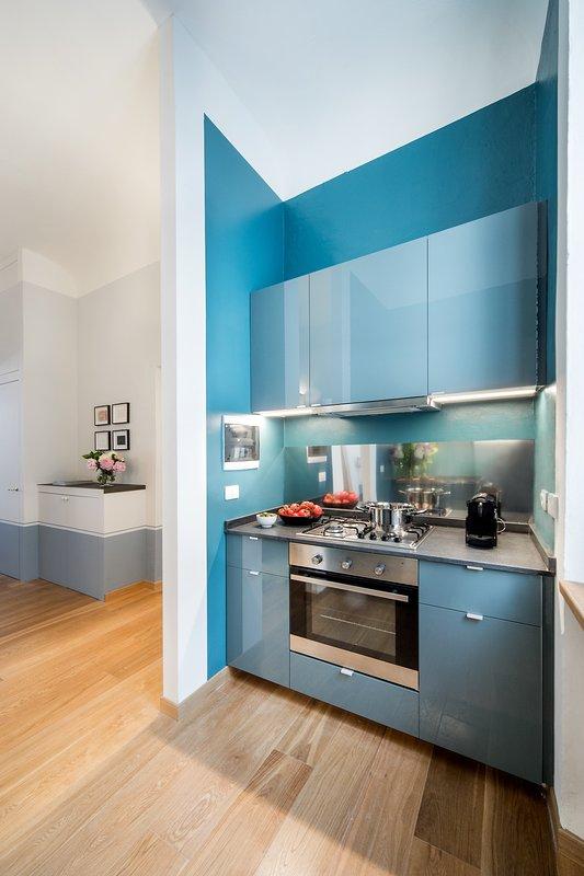 Cocina totalmente equipada con fregadero, cocina, horno, frigorífico / congelador, máquinas de café, lavavajillas, hervidor