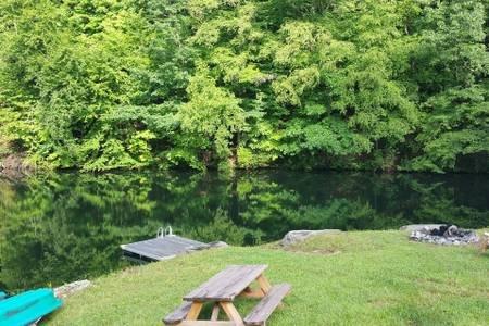 Lago, Dock, Firepit abastecido com madeira, barcos a remo, piscina, churrasco, marshmallows grátis
