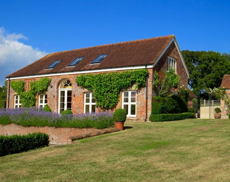 Stunning 18th Century Barn with Games Room, vacation rental in Lymington