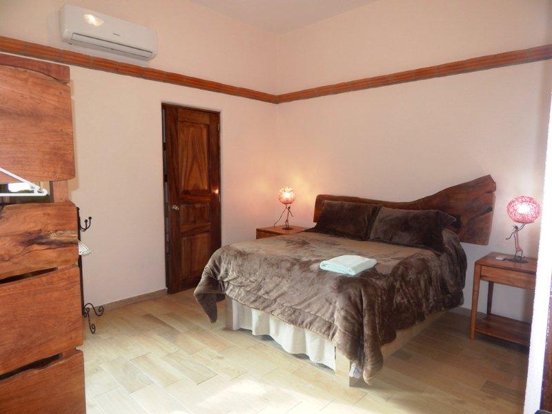 cama de matrimonio en la habitación principal con baño privado