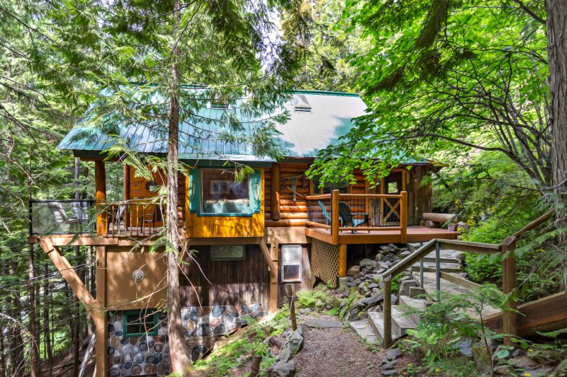 Beautiful and Private Mountainside Log Cabin - Hot Tub and 10 min from Nelson, aluguéis de temporada em Balfour