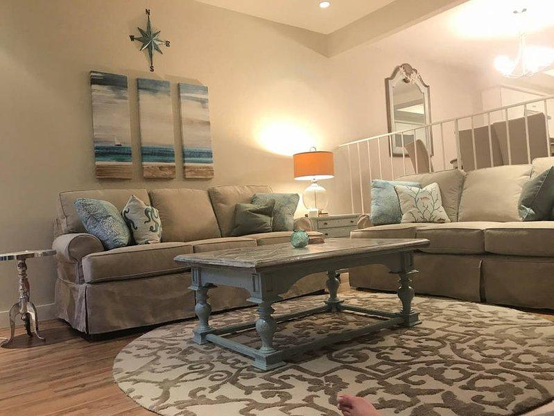Cabaña de playa de estilo sala de estar con cómodos sofás