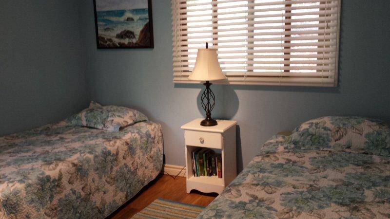 dormitorio con dos camas en el nivel principal