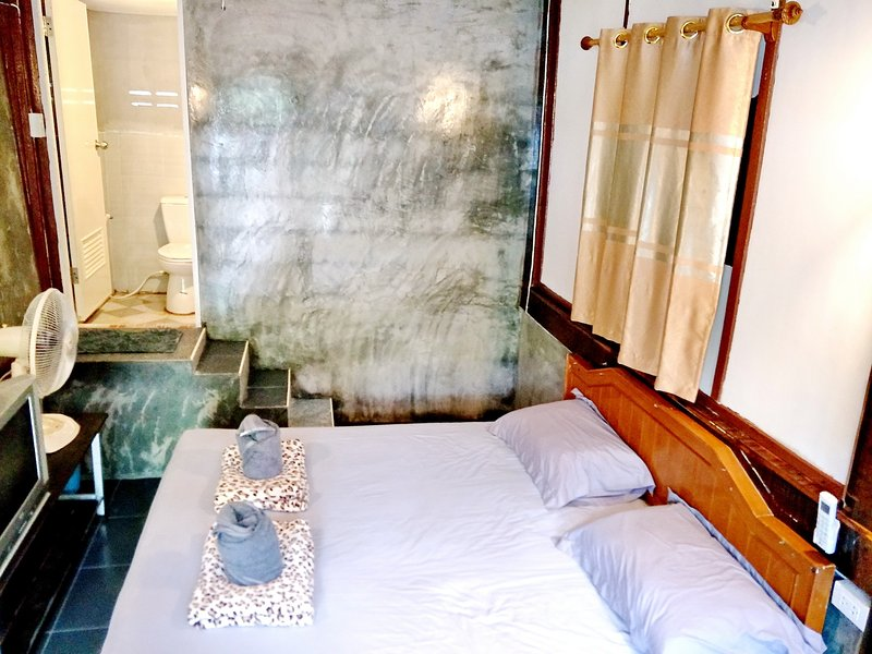 Bungalow B air-con,TV hotshower,refrigerator, Wifi and a private bathroom with shower facilities.
