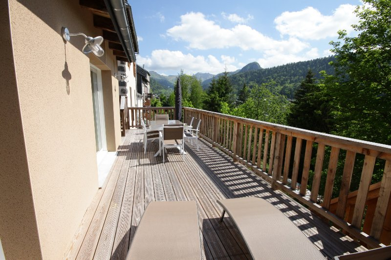 spacious terrace, equipped parasol barbecue etc .., 40 m2 stunning views
