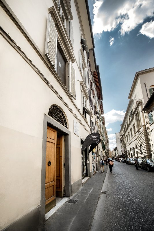 """Vista de la entrada del edificio y de la calle llamada """"Via Ghibellina"""""""