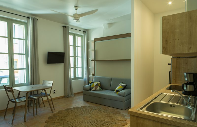 Design studio in the heart of historic quarter ideal for up to 2 guests.
