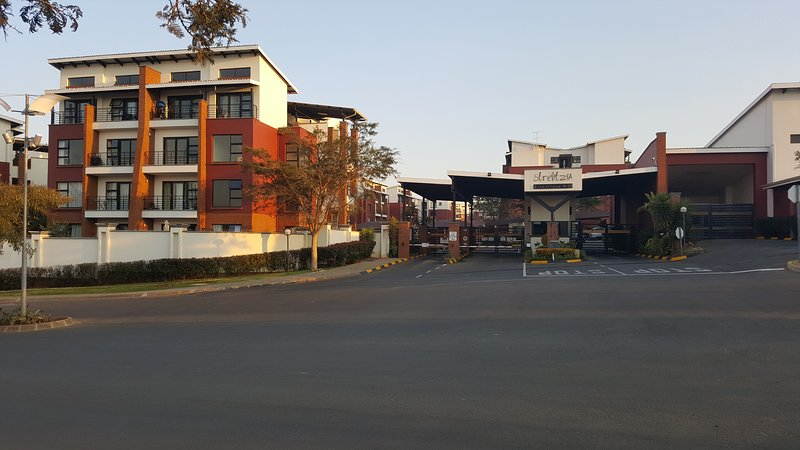 Modern fully furnished apartment to let - Strelitzia Complex Greenstone Hill, holiday rental in Modderfontein