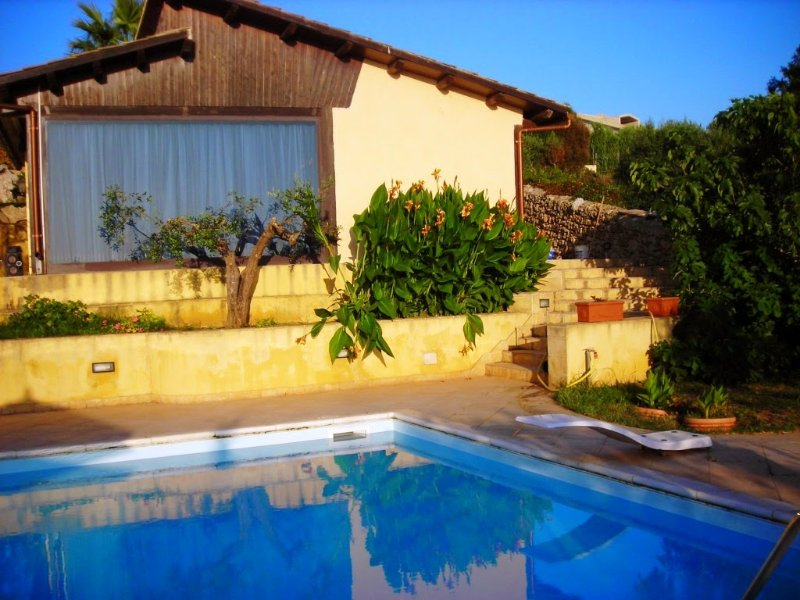 Baglio Manzo Holiday Home Sleeps 16 with Pool Air Con and WiFi - 5226673, holiday rental in Parrinello