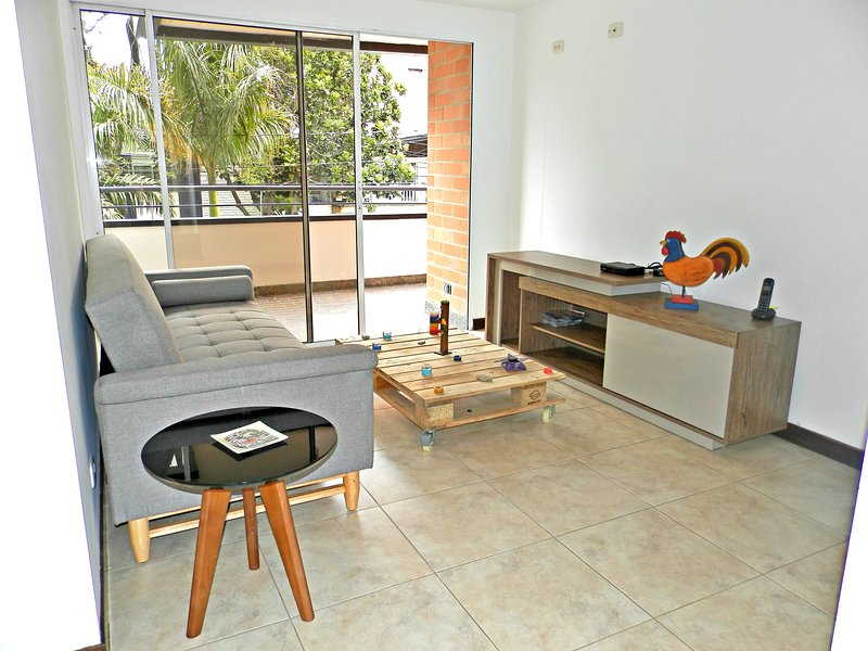 COZY, MODERN, NICE PRIVATE BEDROOM WITH BATHROOM, holiday rental in San Jeronimo