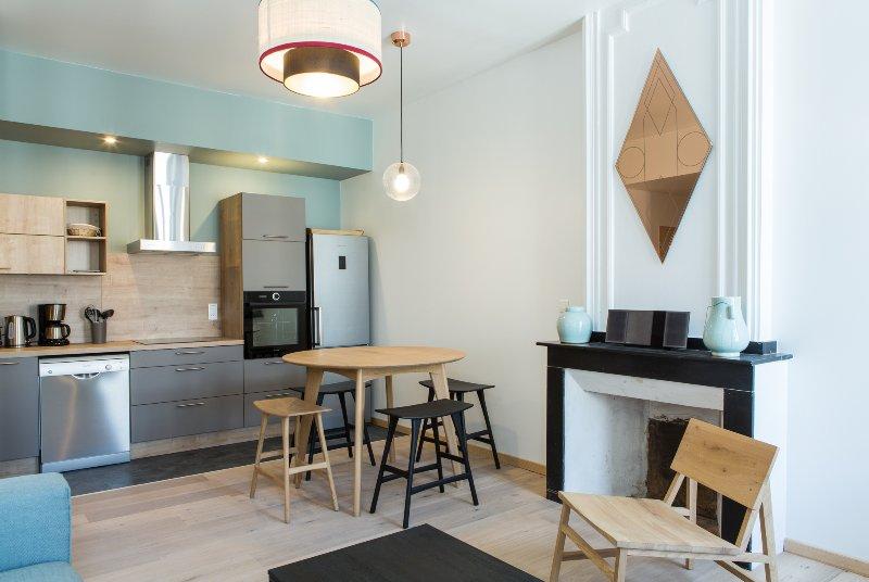 sala de jantar com cozinha aberta.