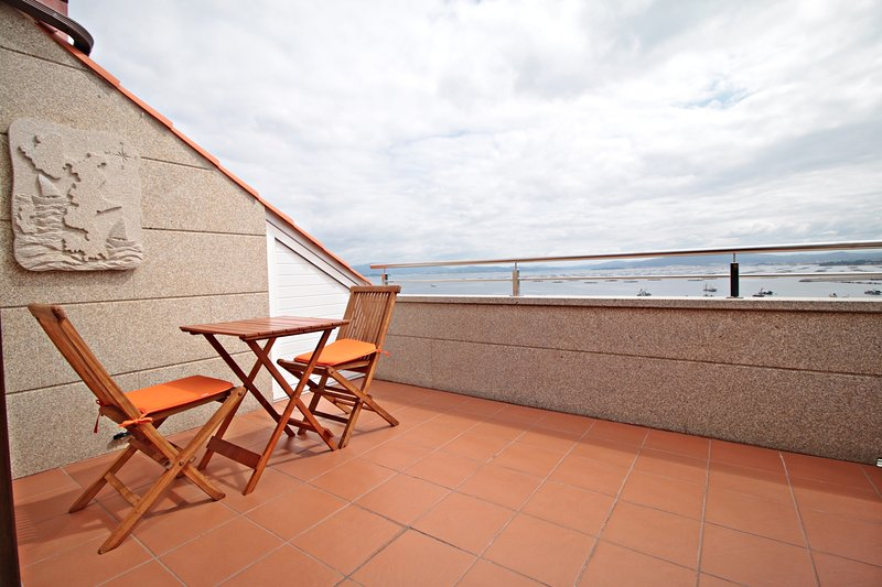 Precioso apartamento de un dormitorio,   terraza con vistas al mar, holiday rental in Illa de Arousa