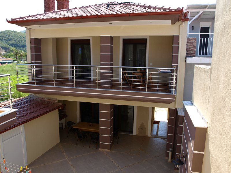 Spacious 3-bedroom house by the sea, holiday rental in Paralia Sikias