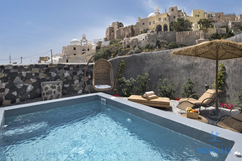 Enjoy the castle view while in the jacuzzi. A one of a kind experience!
