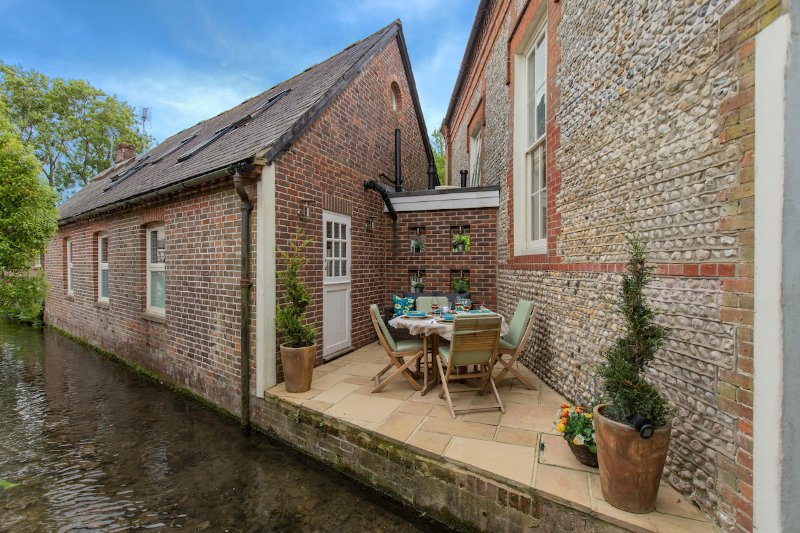 Luxury Cottage on millstream in historic Bosham.  Dining for 4.